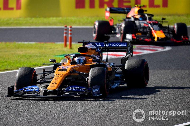 Carlos Sainz Jr., McLaren MCL34, Alex Albon, Red Bull RB15