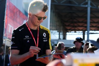 NhNico Hulkenberg, Renault F1 Team signs an autograph for a fan
