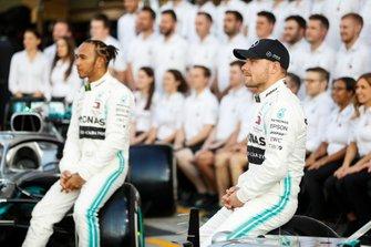 Lewis Hamilton, Mercedes AMG F1, pose pour une photo de groupe aux côtés de Valtteri Bottas, Mercedes AMG F1