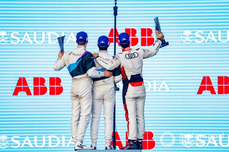 Il vincitore della gara Alexander Sims, BMW I Andretti Motorsports, pisa per una foto sul podio sul podio con Maximilian Gunther, BMW I Andretti Motorsports, 2° classificato, Lucas Di Grassi, Audi Sport ABT Schaeffler, 3° classificato