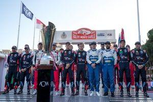 Les pilotes et les copilotes avec le trophée