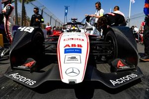 Edoardo Mortara, Venturi, EQ Silver Arrow 01 on the grid with team members