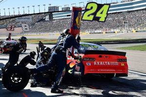 William Byron, Hendrick Motorsports, Chevrolet Camaro Axalta, makes a pit stop