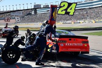 William Byron, Hendrick Motorsports, Chevrolet Camaro Axalta, makes a pit stop
