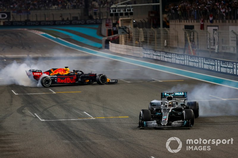 Max Verstappen, Red Bull Racing RB15, et Lewis Hamilton, Mercedes AMG F1 W10, font des donuts