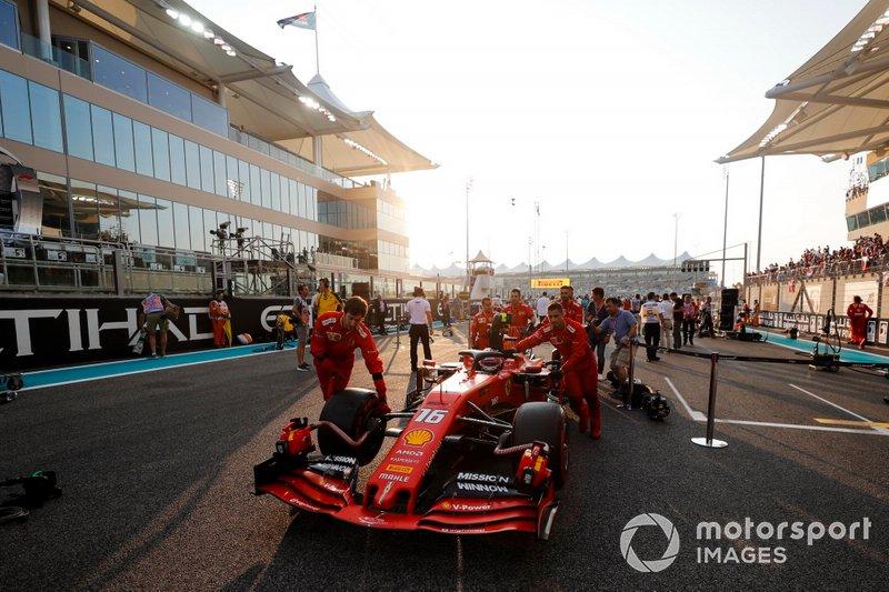 Charles Leclerc, Ferrari, arriva sulla griglia