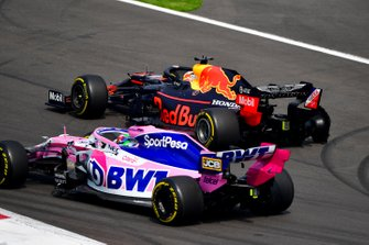 Sergio Perez, Racing Point RP19, en Max Verstappen, Red Bull Racing RB15