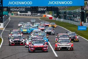 Start action Norbert Michelisz, BRC Hyundai N Squadra Corse Hyundai i30 N TCR leads