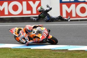 Marc Marquez, Repsol Honda Team, Maverick Vinales, Yamaha Factory Racing crash in de achtergrond