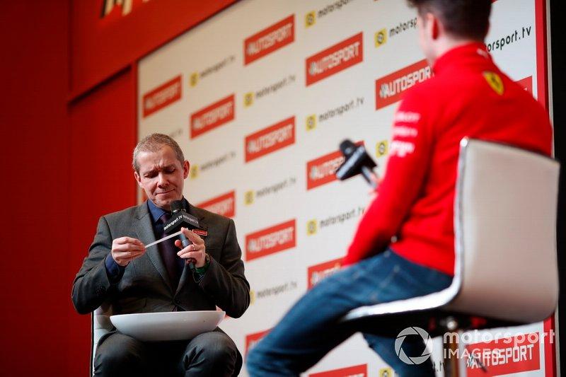 Il presentatore Stuart Codling legge una domanda a Charles Leclerc, Ferrari durante le domande dei tifosi
