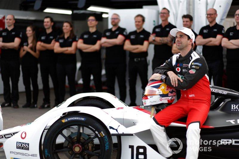 Neel Jani, Porsche, Porsche 99x Electric, in posa per una foto con il team