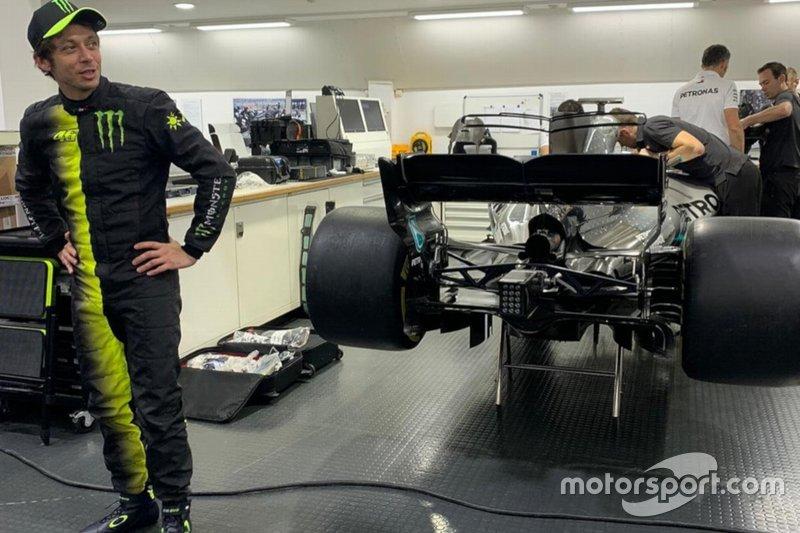 Valentino Rossi con la tuta della Monster di fianco alla Mercedes di Formula 1