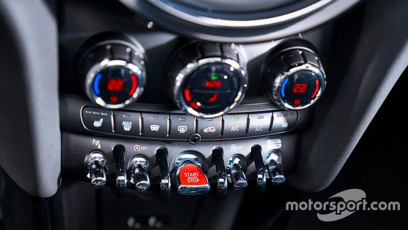 Fernando Alonso, Ferrari; Mercedes, al GP di Abu Dhabi del 2017