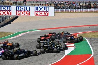 Alex Albon, Red Bull Racing RB15 si solleva da terra, mentre lotta con Charles Leclerc, Ferrari SF90 e Carlos Sainz Jr., McLaren MCL34 all'inizio della gara