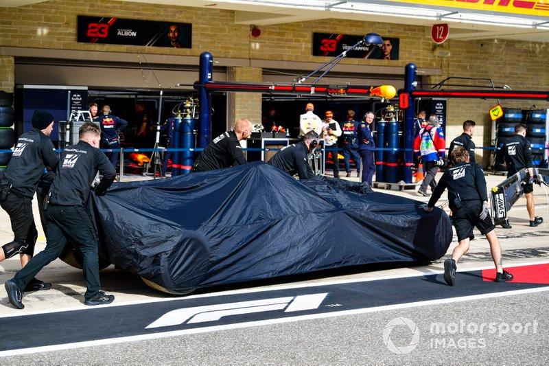 Возвращение в боксы автомобиля Haas F1 Team VF-19 Ромена Грожана