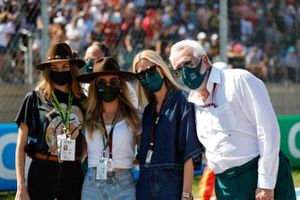 Lawrence Stroll, propriétaire, Aston Martin F1, avec des invitées sur la grille