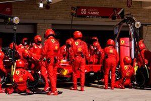 Carlos Sainz Jr, Ferrari SF21, ai box