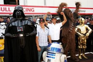 Dark Vador, R2-D2, Christian Klien, Red Bull Racing, Vitantonio Liuzzi, Red Bull Racing et Chewbacca, C3-P0