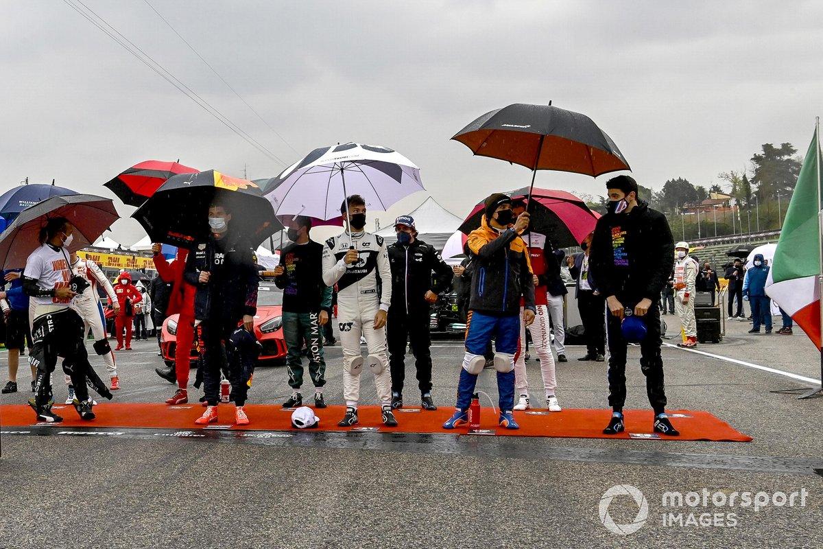 Los pilotos se colocan en la parrilla para el himno nacional