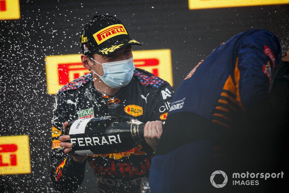 Il vincitore della gara Max Verstappen, la Red Bull Racing festeggia sul podio con lo champagne