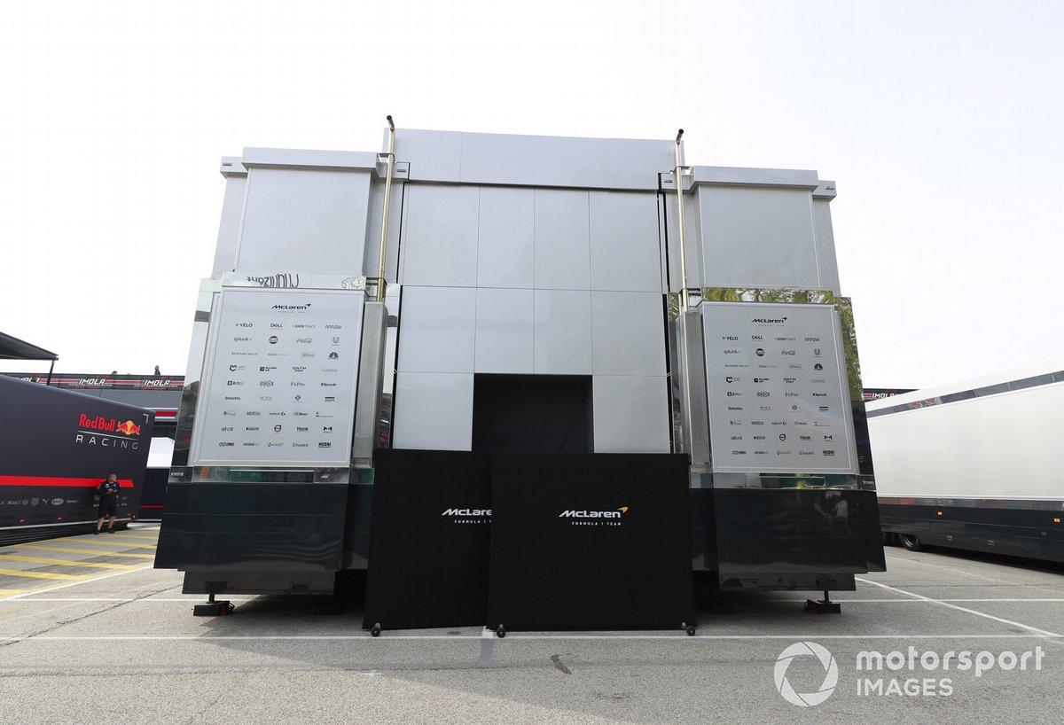 El motorhome de McLaren en el paddock