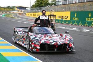 Alex Wurz, Hisatake Murata, Toyota GR Super Sport con el trofeo de las 24 Horas de Le Mans