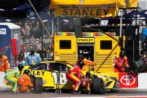 Kyle Busch, Joe Gibbs Racing, Toyota Camry STANLEY pit stop