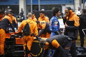 Carlos Sainz Jr., McLaren, and McLaren team members on the grid