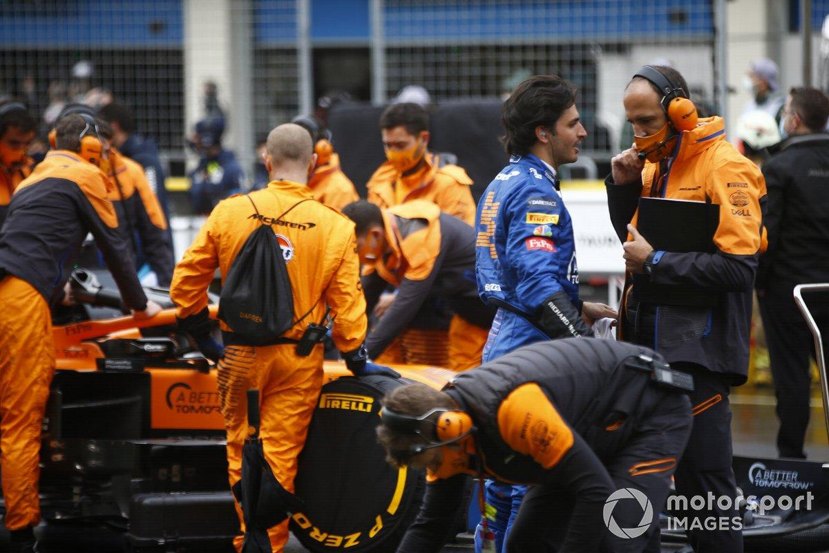 Carlos Sainz Jr., McLaren, y los miembros del equipo de McLaren