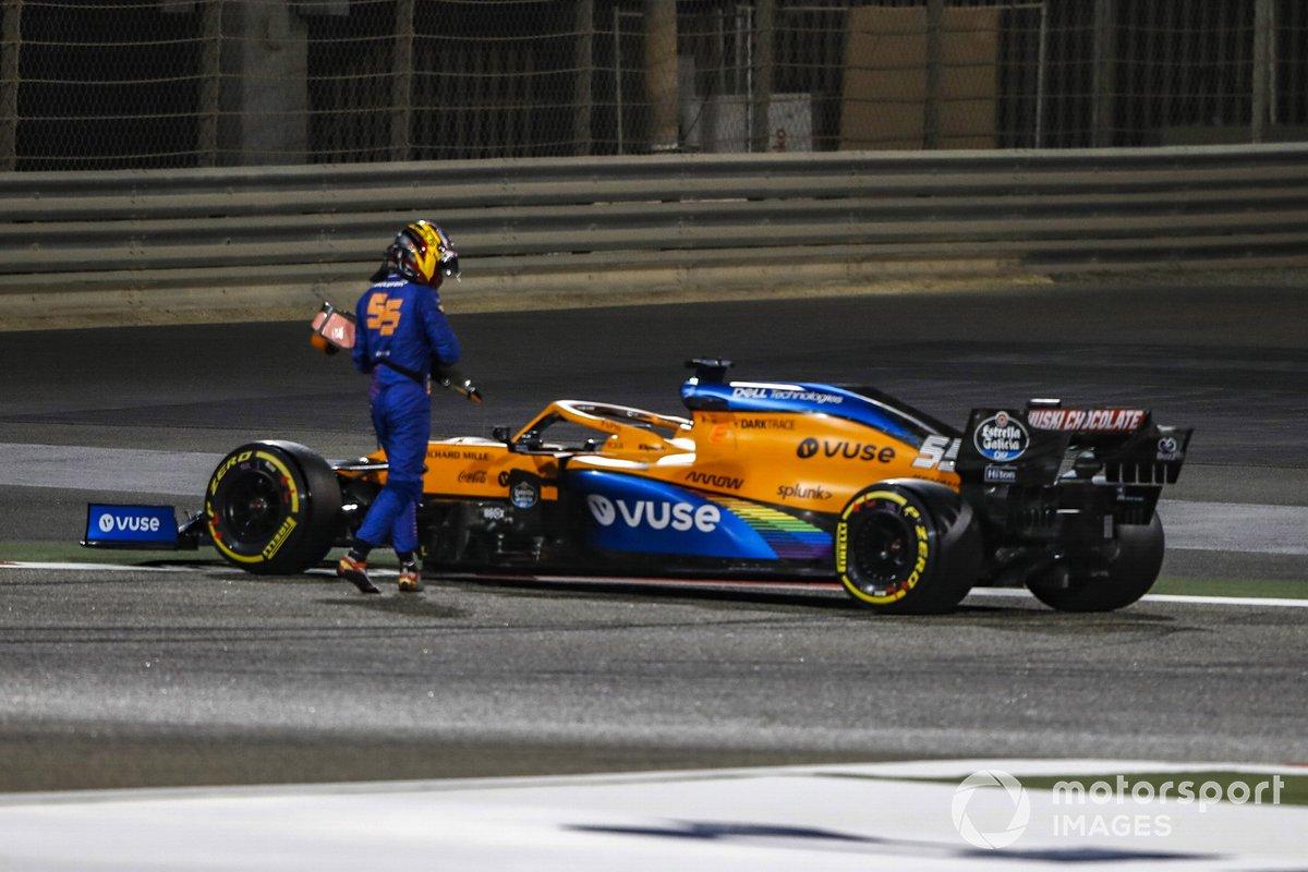 Карлос Сайнс смотрит на McLaren MCL35 после разворота