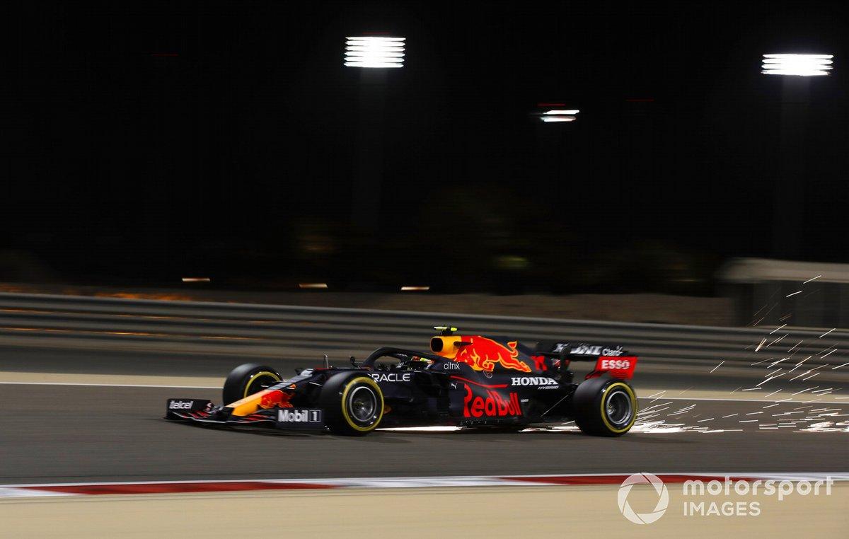 Sergio Pérez, Red Bull Racing RB16B, saca algunas chispas