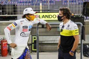 Carlos Sainz Jr., McLaren, talks with Fernando Alonso, Renault
