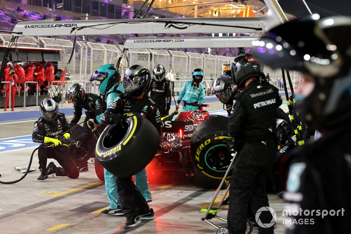 George Russell, Mercedes F1 W11, en pits