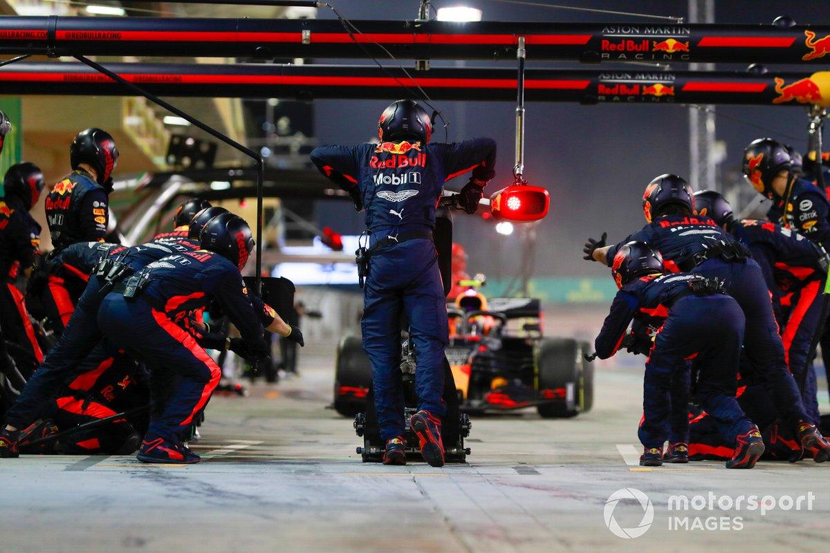 Alex Albon, Red Bull Racing RB16, rientra ai box per un pitstop