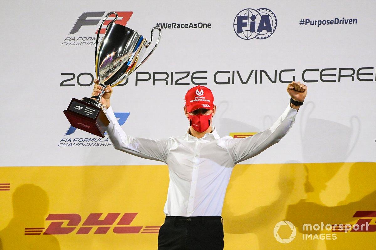 Mick Schumacher, Prema Racing, celebrando en el podio con su trofeo.
