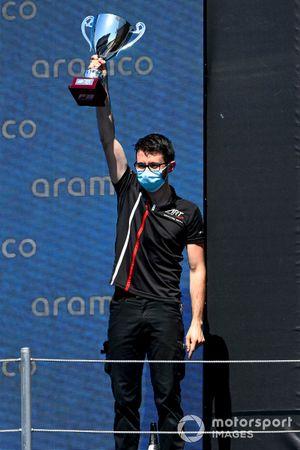 Un delegado de ART recoge el trofeo de los equipos de F3 en el podio