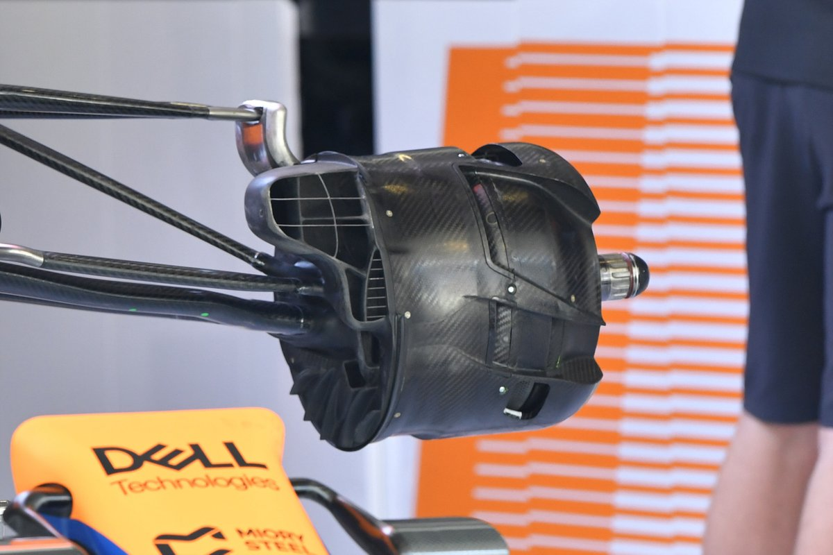 Detalle del ducto de frenos frontales del McLaren MCL35M