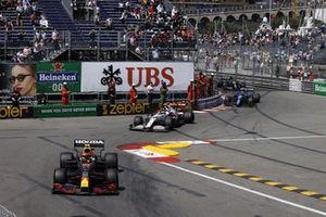 Sergio Perez, Red Bull Racing RB16B, Antonio Giovinazzi, Alfa Romeo Racing C41