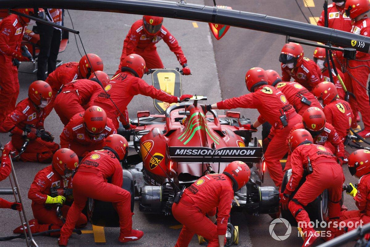Carlos Sainz Jr., Ferrari SF21 en pits