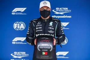 Valtteri Bottas, Mercedes, with the Pirelli Pole Position Award