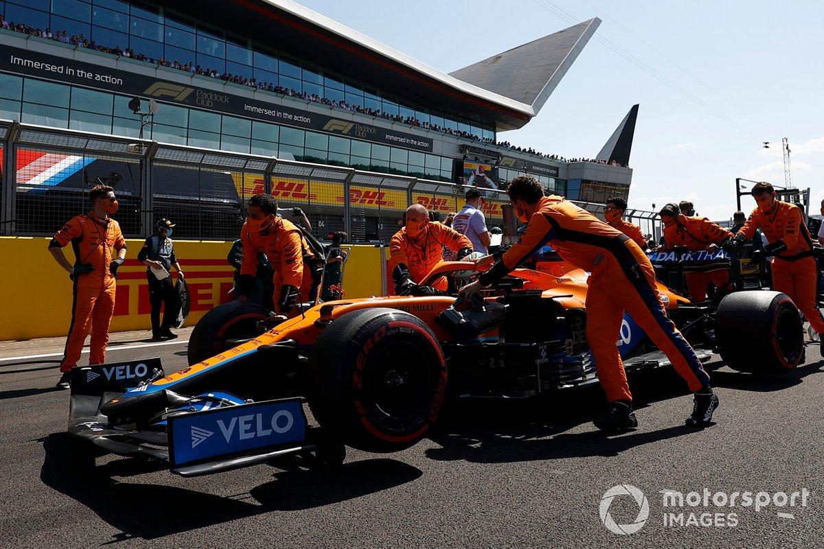 Daniel Ricciardo, McLaren MCL35M,sulla griglia di partenza