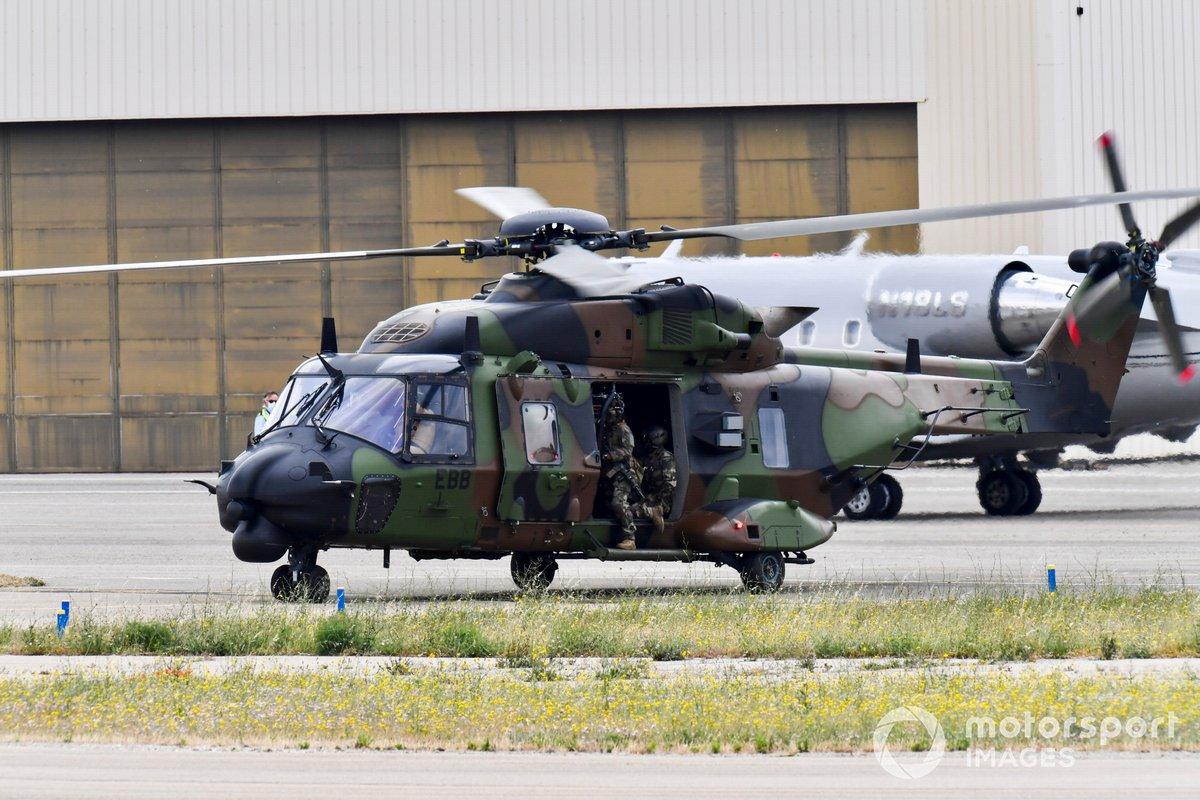 Un helicóptero NH90 TTH Caiman del ejército francés aterriza en el circuito