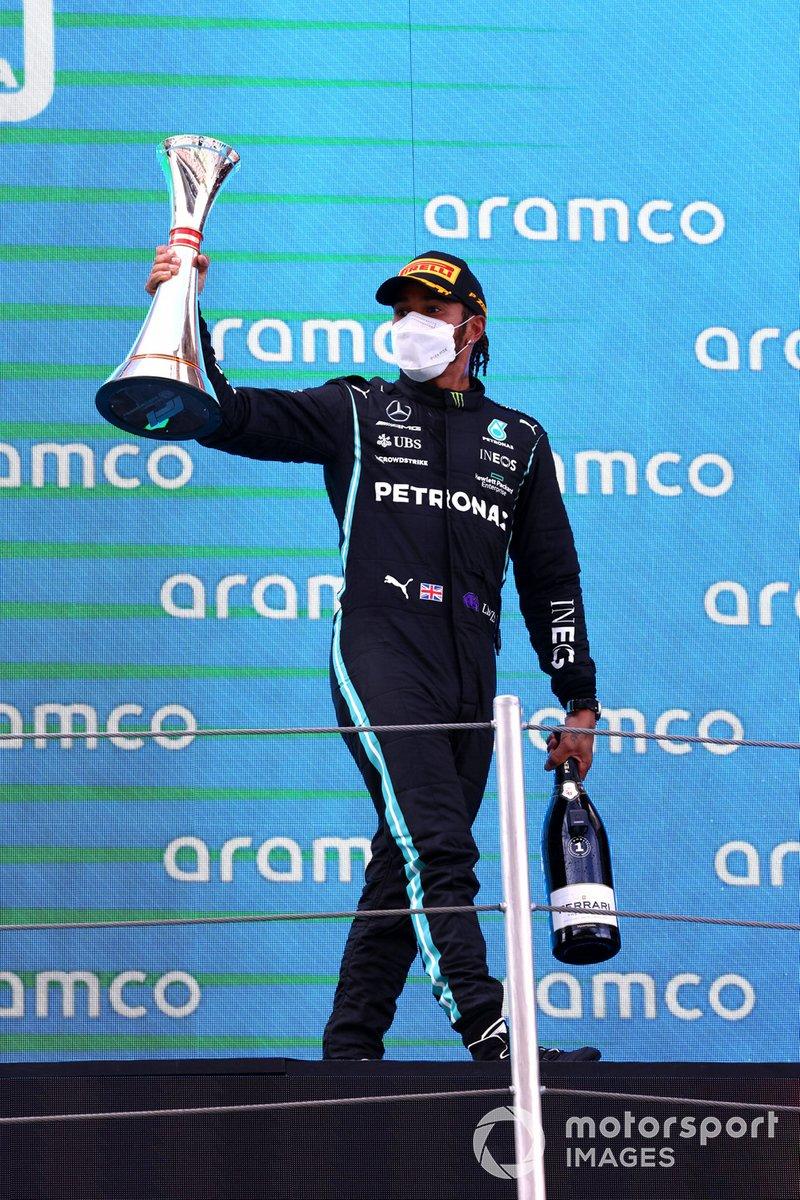 Lewis Hamilton, Mercedes, primera posición, con su trofeo y champán