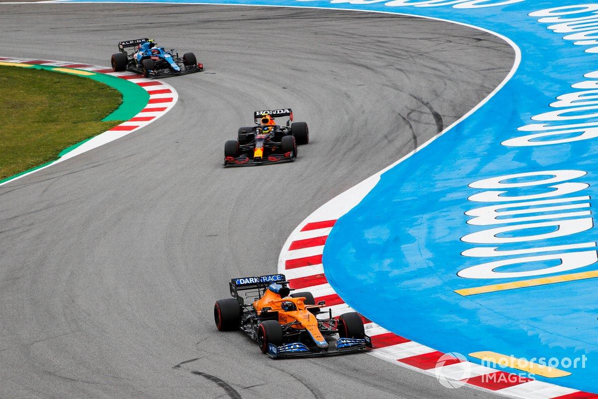 Daniel Ricciardo, McLaren MCL35M, Sergio Pérez, Red Bull Racing RB16B, Esteban Ocon, Alpine A521