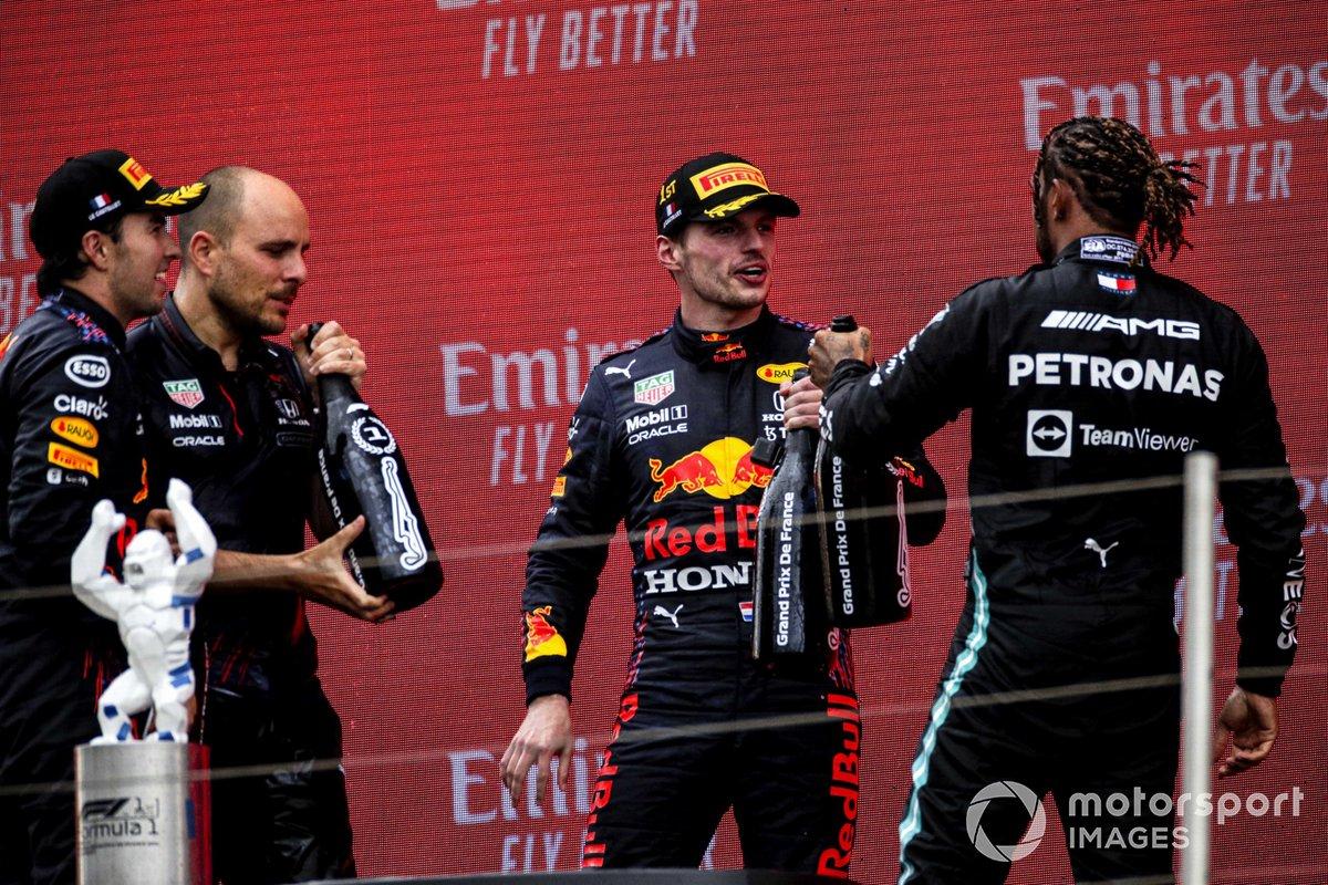 Sergio Perez, Red Bull Racing, 3° classificato, Gianpiero Lambiase, Race Engineer, Red Bull Racing, Max Verstappen, Red Bull Racing, 1° classificato, e Lewis Hamilton, Mercedes, 2° classificato, festeggiano sul podio
