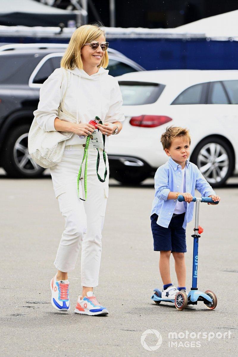 Susie Wolff y su hijo llegan al circuito