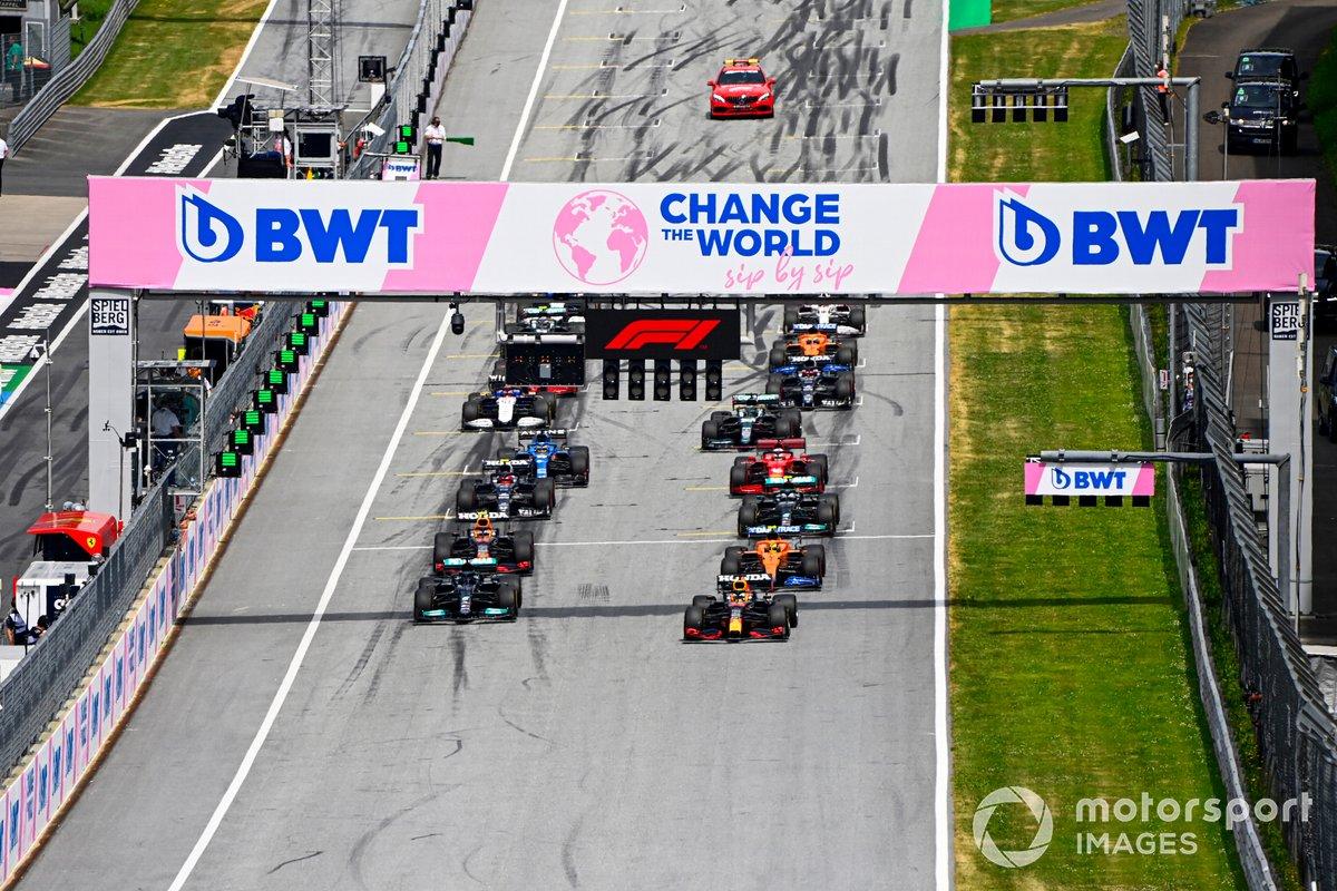 Arrancada Max Verstappen, Red Bull Racing RB16B, Lewis Hamilton, Mercedes W12, Sergio Pérez, Red Bull Racing RB16B, Lando Norris, McLaren MCL35M, Valtteri Bottas, Mercedes W12, Pierre Gasly, AlphaTauri AT02 y el resto del pelotón