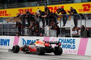 Max Verstappen, Red Bull Racing RB16B, 1st position, is cheered over the line by his team on the pit wall