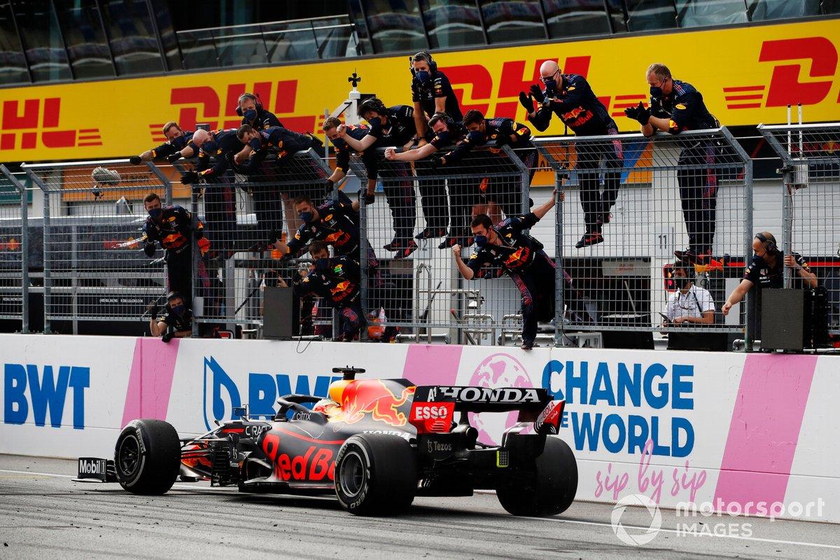 Max Verstappen, Red Bull Racing RB16B, cruza la línea de meta para ganar la carrera