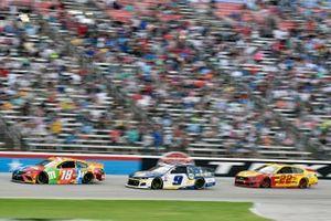 Kyle Busch, Joe Gibbs Racing, Toyota Camry M&M's Summering and Chase Elliott, Hendrick Motorsports, Chevrolet Camaro NAPA Auto Parts
